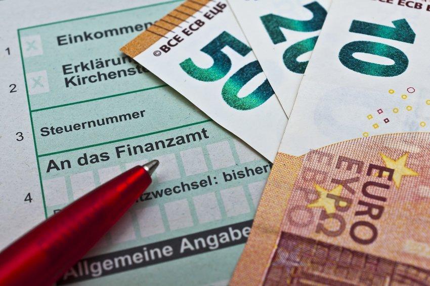 Seit der anhaltenden Niedrigzinsphase werden die Finanzgerichte immer wieder – erfolglos – mit der Frage beschäftigt, ob die Höhe des gesetzlichen Zinssatzes (0,5 % pro Monat bzw. 6 % im Jahr) für Steuernachzahlungen und -erstattungen verfassungswidrig ist. Jüngst hat hierzu auch das Finanzgericht Münster entschieden, dass der Gesetzgeber den Rahmen für eine verfassungsrechtlich zulässige Typisierung nicht überschritten hat.